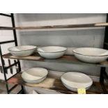 Lot de (5) gros bols métal, et (4) assiettes céramiques