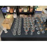 Lot de verres variés sur tables (70+)