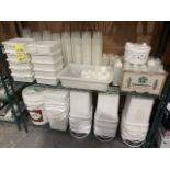 Contenu de l'étagère, items et contenants plastiques