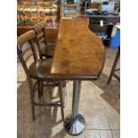 Table haute de bar a/ base chrome, forme irr. 62'' x 15''