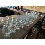 Lot de (80) verres varies