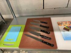 Lot de (5) couteaux et (6) planches à découper