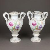 Paar Schlangenhenkelvasen - Porzellan, nach Meissner Vorbild, über gegliedertem Rundfuß ovoide