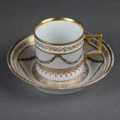 Tasse mit Untertasse - 19.Jh., Porzellan, teils Girlandendekor auf grauem Fond, üppige Goldstaffage,