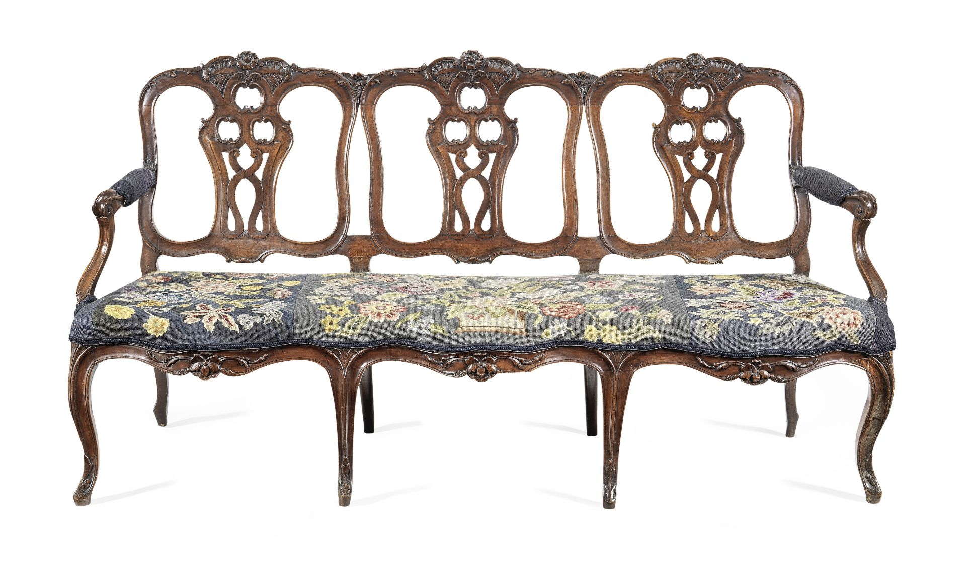 Los 90 - A Portuguese 18th century walnut triple chairback settee