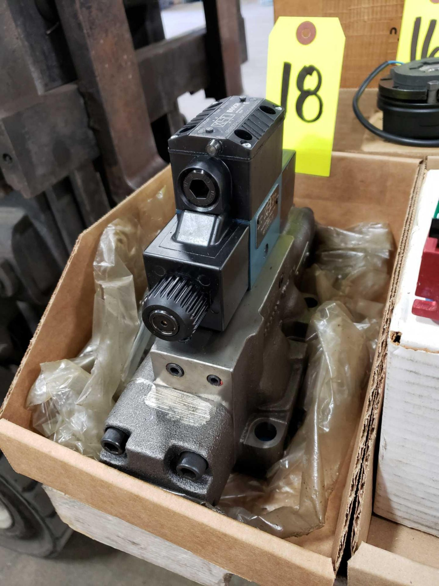 Lot 18 - Bosch hydraulic valve model 081WV25P1V326PTKE115/60D51/55 and 9810231270. Appears new old stock.