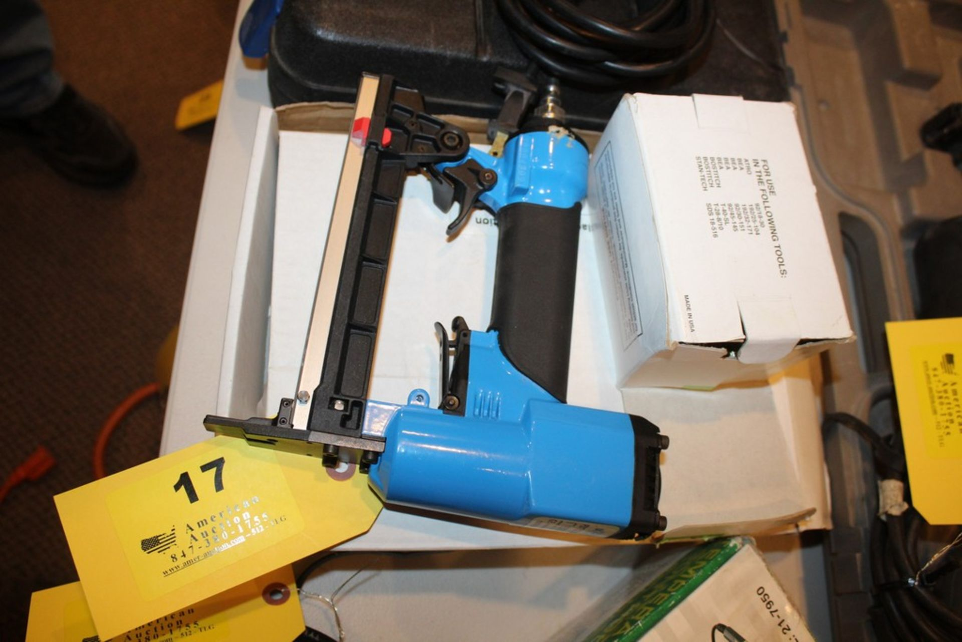 Lot 17 - PNEUMATIC STAPLE GUN WITH SUPPLIES
