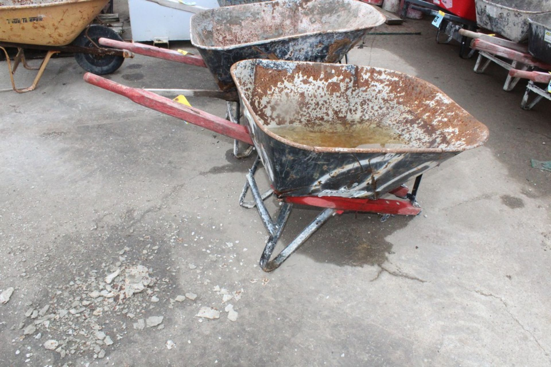 Lot 59 - HEAVY DUTY CONSTRUCTION WHEEL BARROW BROKEN HANDLE NO TIRE