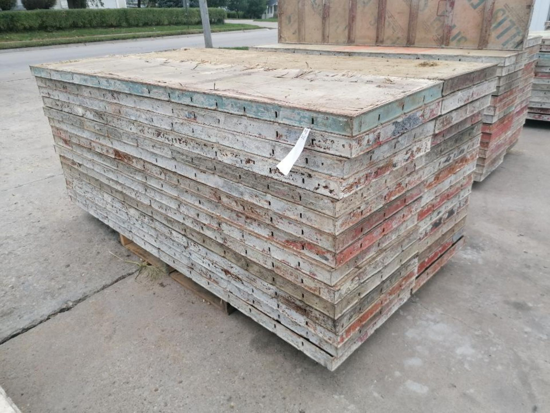 """(30) 24"""" X 8' Ellis Steel Ply Forms. Located in Mt. Pleasant, IA - Image 2 of 7"""