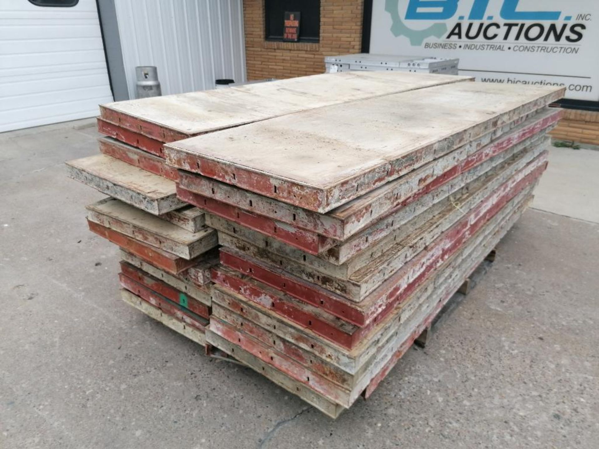 "(26) 24"" x 8' Damaged Ellis Steel Ply Forms. Located in Mt. Pleasant, IA - Image 3 of 5"
