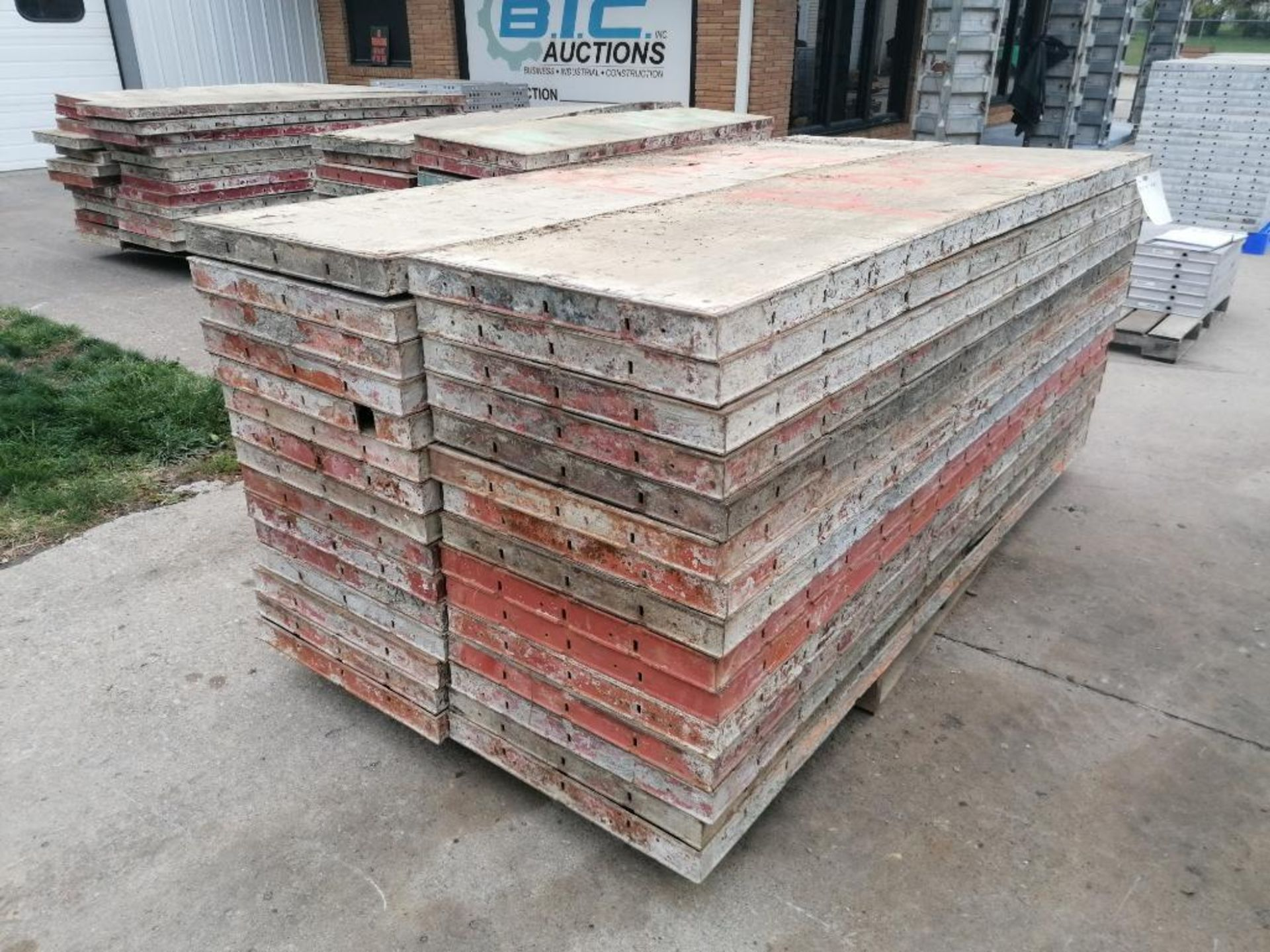 """(30) 24"""" X 8' Ellis Steel Ply Forms. Located in Mt. Pleasant, IA - Image 4 of 6"""