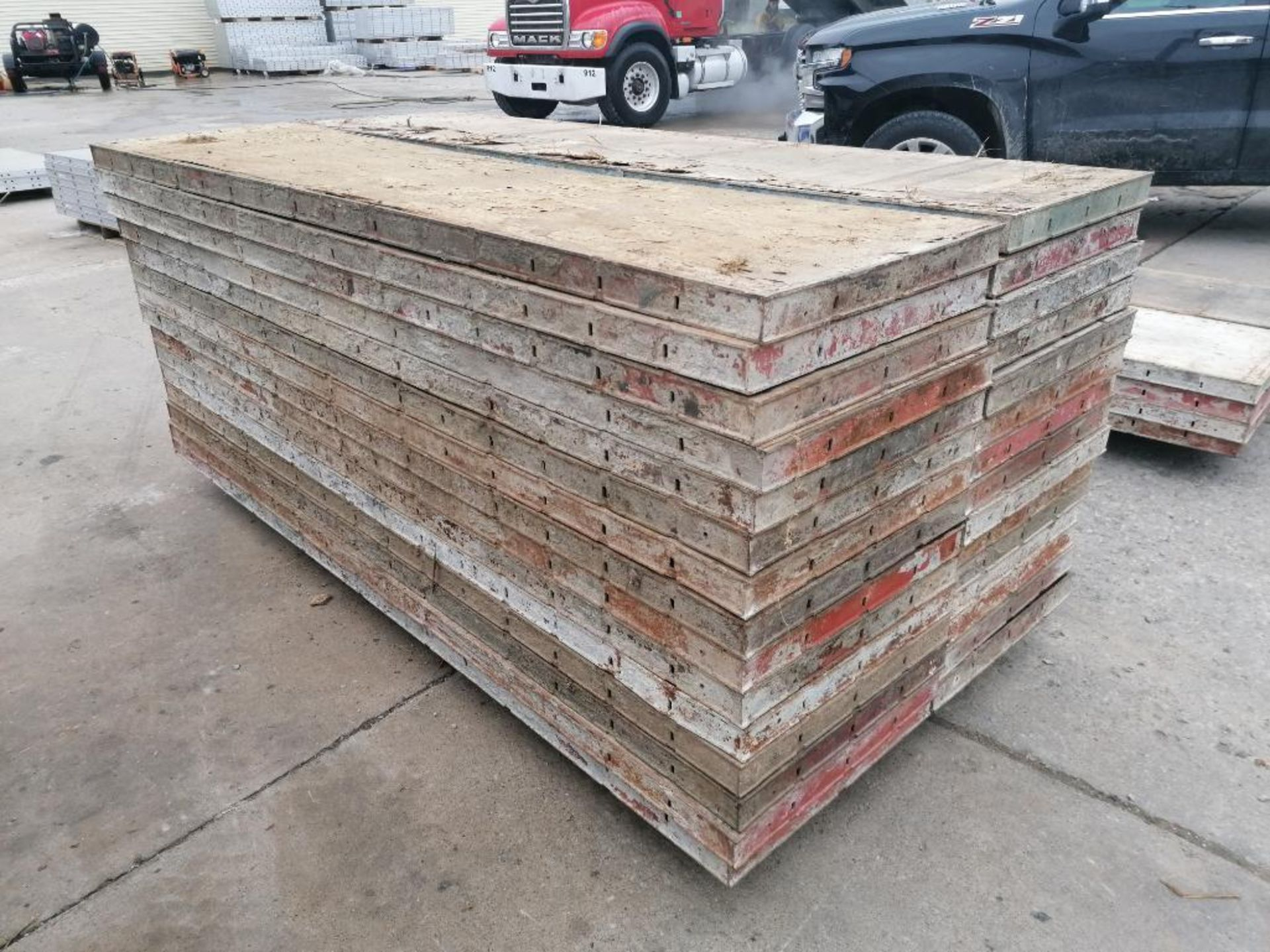 """(30) 24"""" X 8' Ellis Steel Ply Forms. Located in Mt. Pleasant, IA - Image 4 of 7"""