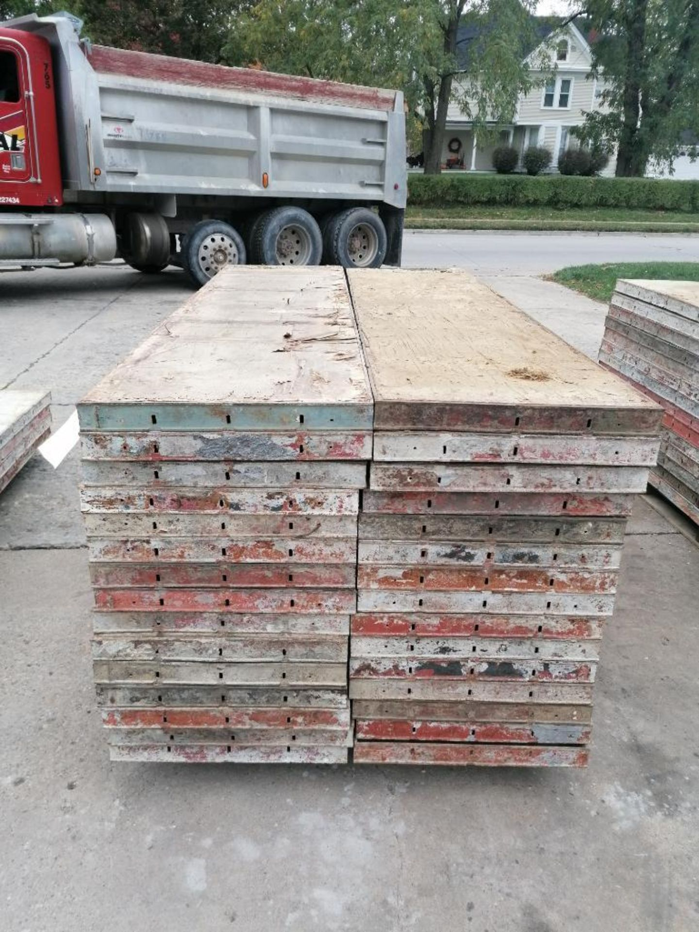 """(30) 24"""" X 8' Ellis Steel Ply Forms. Located in Mt. Pleasant, IA - Image 6 of 7"""