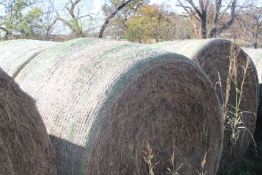 CHOICE LOTS OF 4X6 ROUND BALES OF 2020 MIXED HAY.