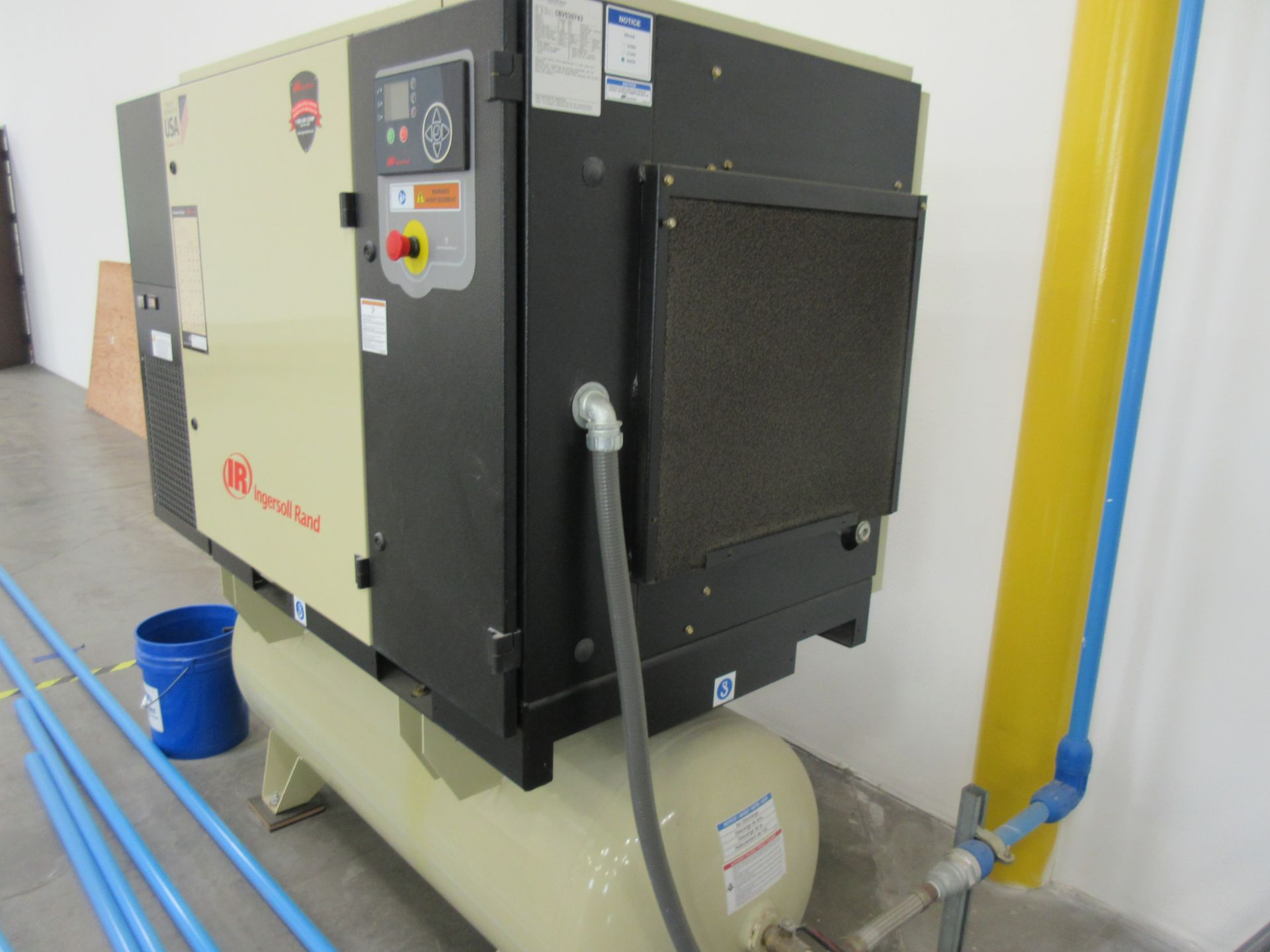 Lot 4a - INGERSOLL RAND MDL. UP6S-30-145 TANK MOUNTED ROTARY SCREW AIR COMPRESSOR, 30HP, 145 MAX PSIG