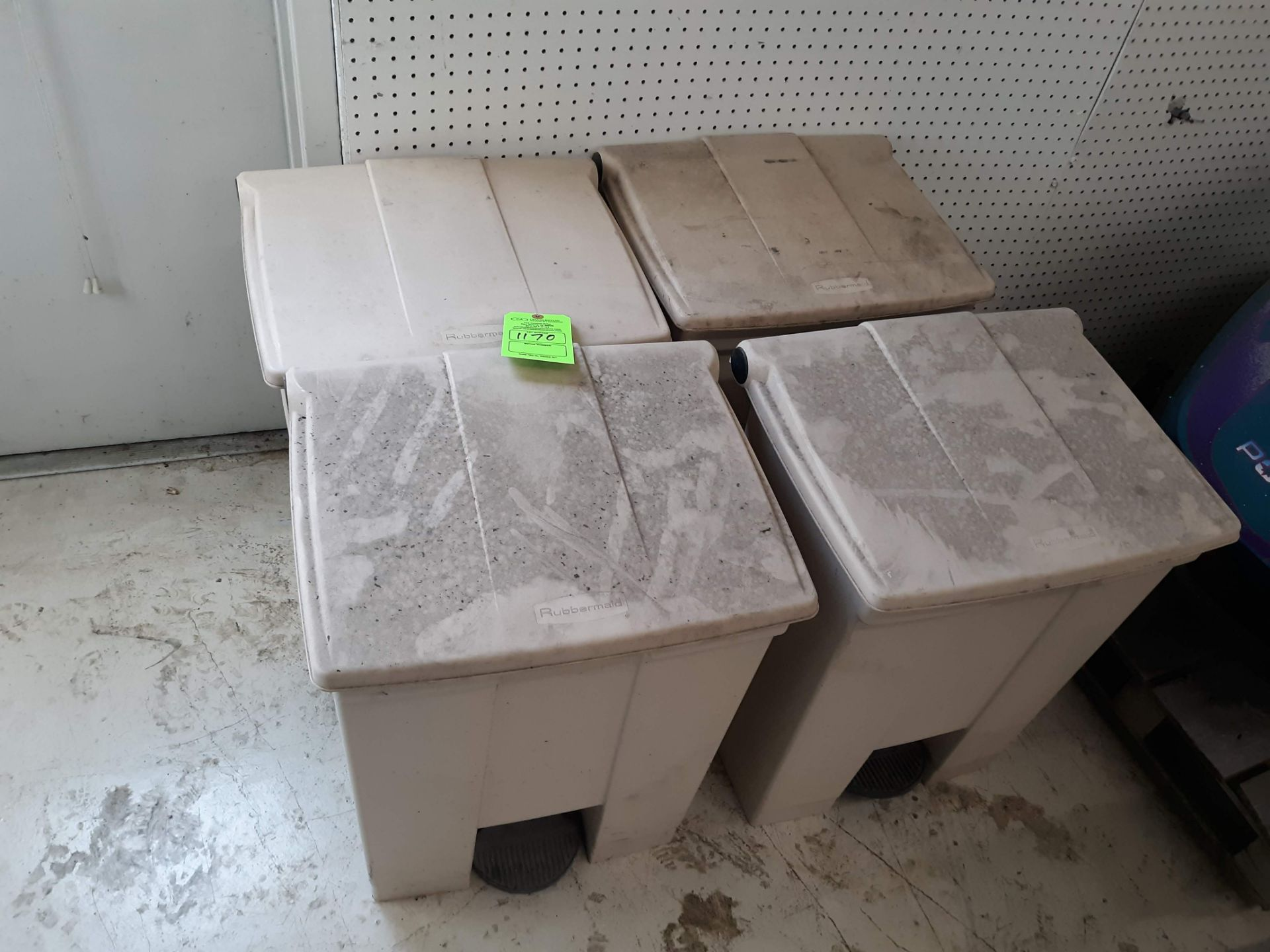 Lot 1170 - (4) RUBBERMAID STEP-ON 18 GAL. TRASH CANS (LOCATED AT: 432 COUNCIL DRIVE, FORT WAYNE, IN 46825)