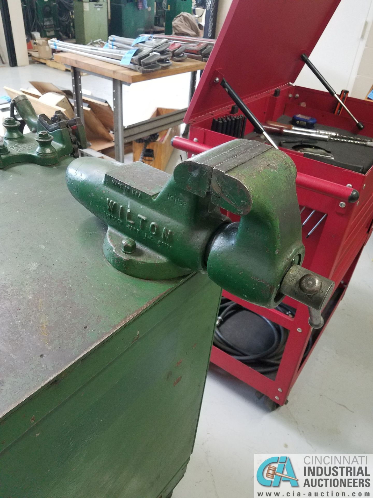 BROWN MODEL 250 TABLE MOUNTED SAW; S/N 034436, MOUNTED ON PORTABLE JOBBOX WITH 4-1/2 BENCH VISE - Image 5 of 6