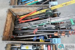 (LOT) WOOD CRATE W/ PIPE CLAMPS, LEVEL, OIL PUMP, & BOLT CUTTERS