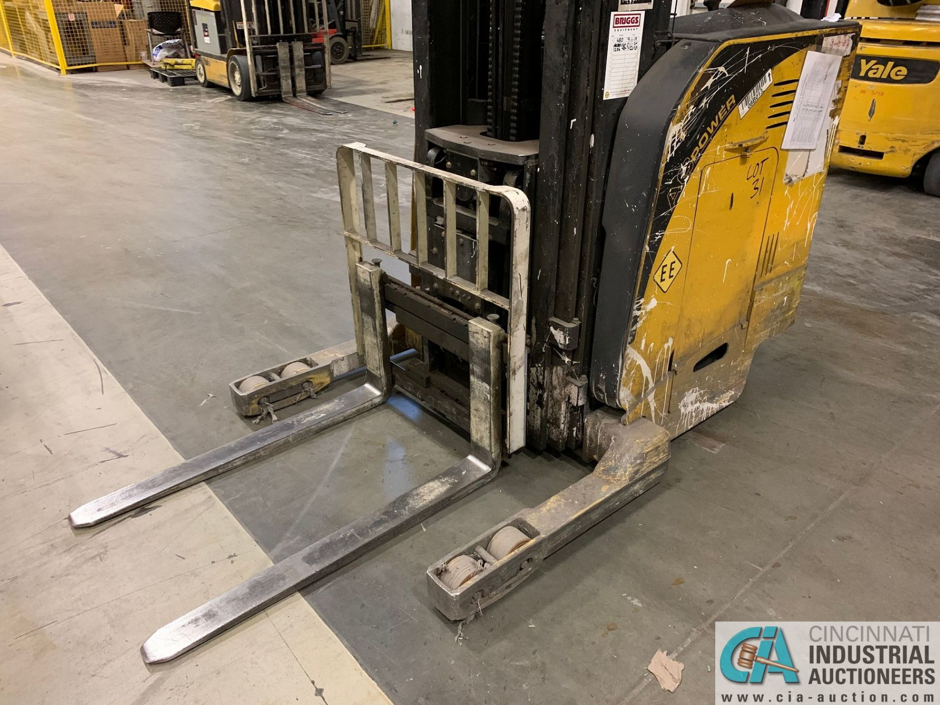 "4,500 LB. YALE MODEL NR045EANS36TE119 ELECTRIC REACH TRUCK; S/N C861N01989E, 272"" MAX LIFT HEIGHT, - Image 5 of 8"