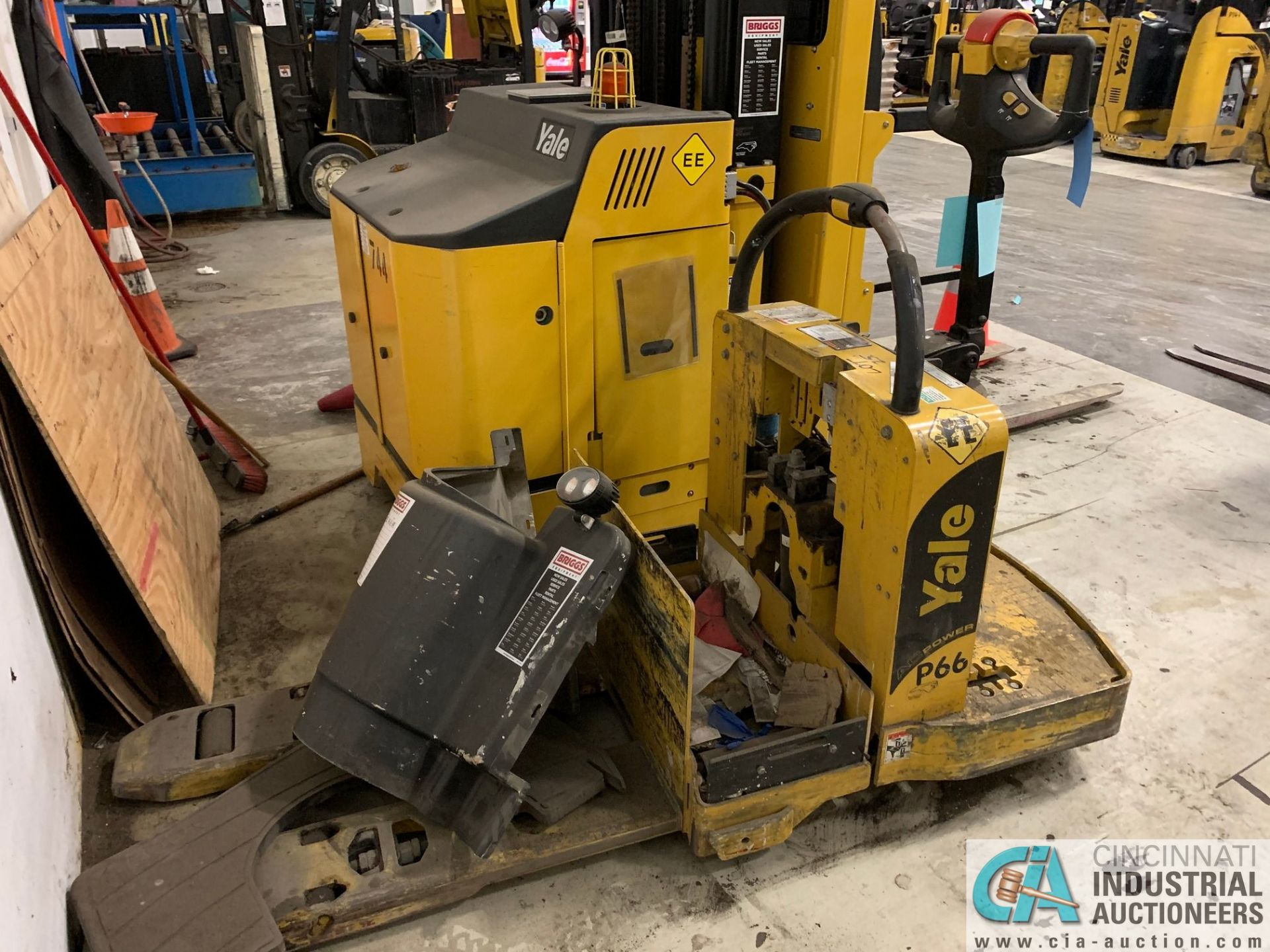 6,000 LB. YALE MODEL MPE060LVGN24T2742 ELECTRIC PALLET TRUCK; S/N A292N01562J (OUT OF SERVICE) (5400 - Image 2 of 3