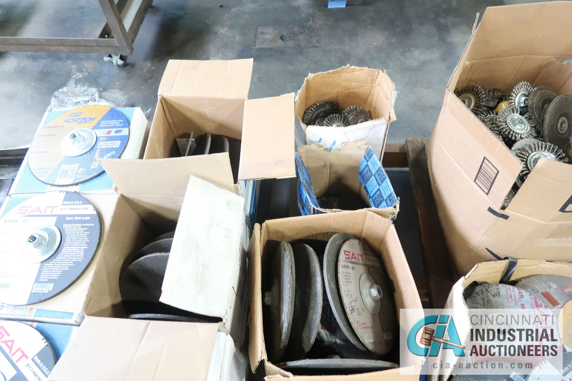 """SKID MISCELLANEOUS NEW AND USED 9"""" AND 6"""" ABRASIVE GRINDING WHEELS WITH 4"""" WIRE WHEELS - Image 4 of 5"""