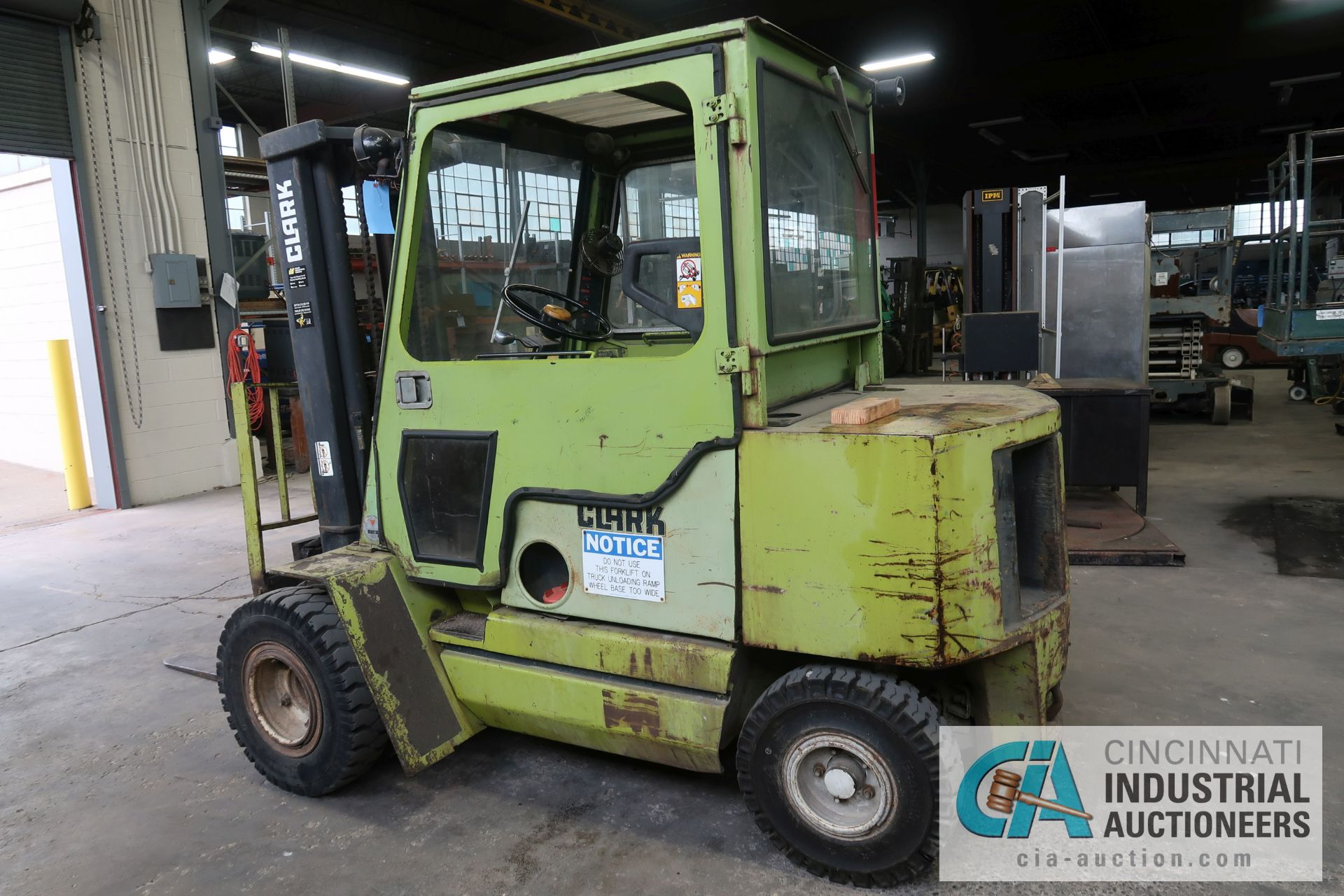 6,000 LB. CLARK MODEL GPS30MB GAS POWERED PNEUMATIC RIBBED TIRES THREE STAGE MAST LIFT TRUCK; S/N - Image 5 of 9
