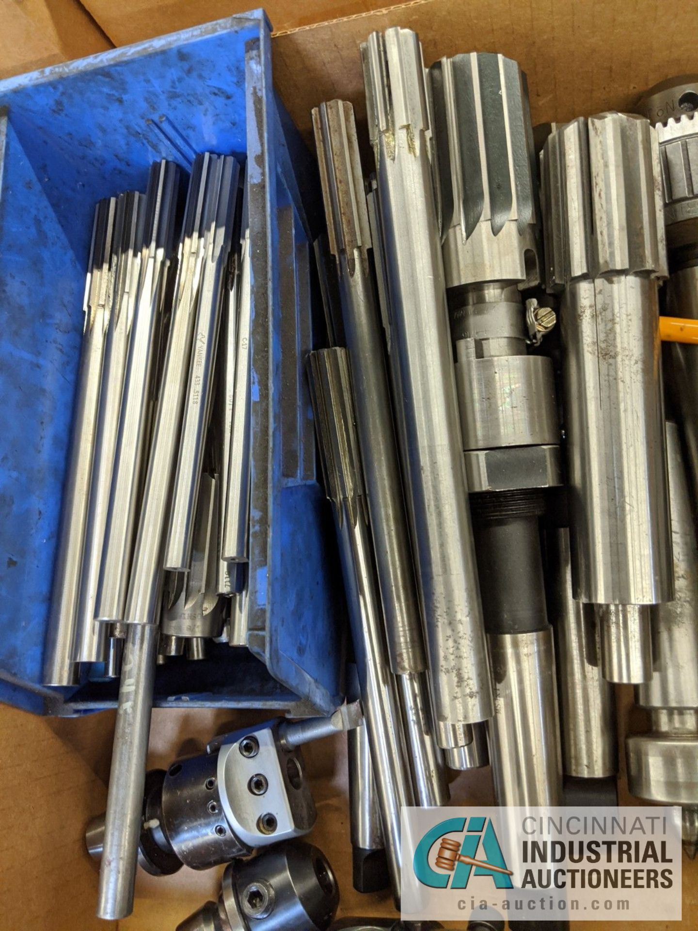 (LOT) BOX OF TOOLING; REAMERS, DRILL CHUCKS, LIVE CENTERS, ADJUSTABLE BORING HEADS - Image 4 of 4