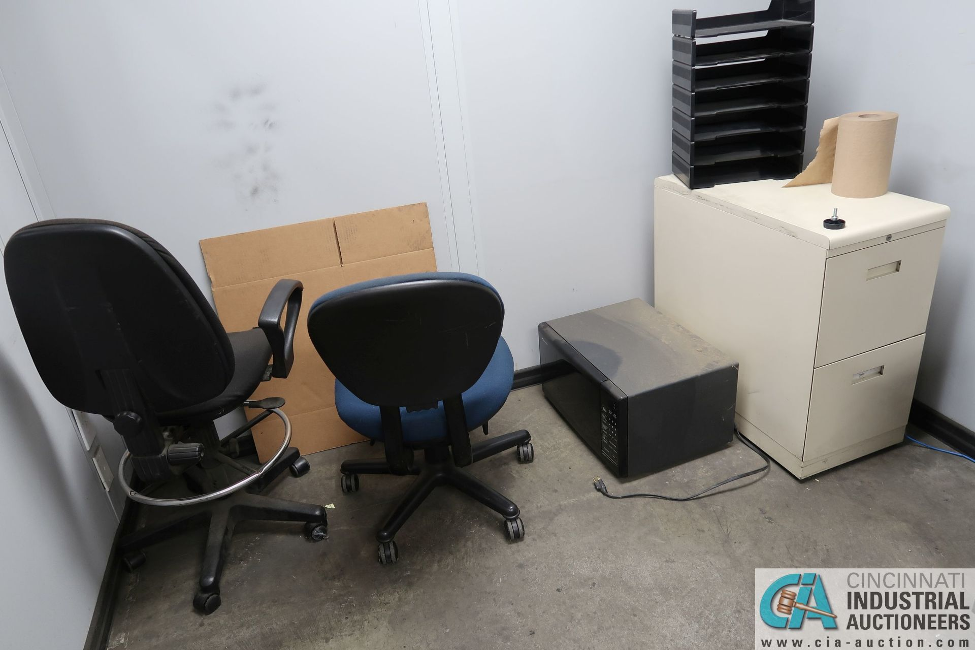 (LOT) FILE CABINETS AND CHAIRS IN SHIPPING RECIEVING OFFICE **NO AC UNIT** - Image 3 of 3