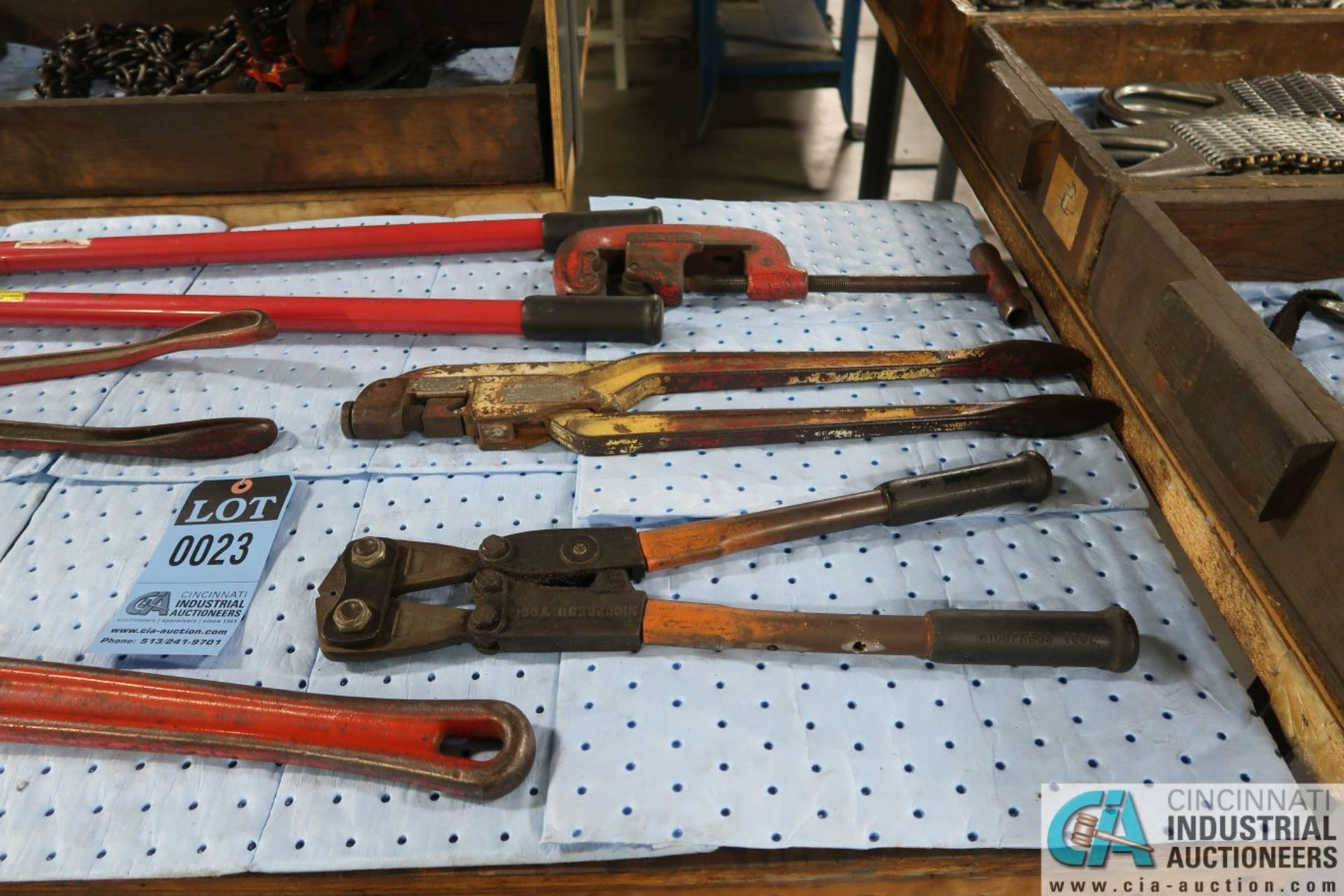 (LOT) PIPE WRENCH, BOLT CUTTERS, CRIMPERS, PIPE CUTTERS AND PALLET PULLERS - Image 3 of 4