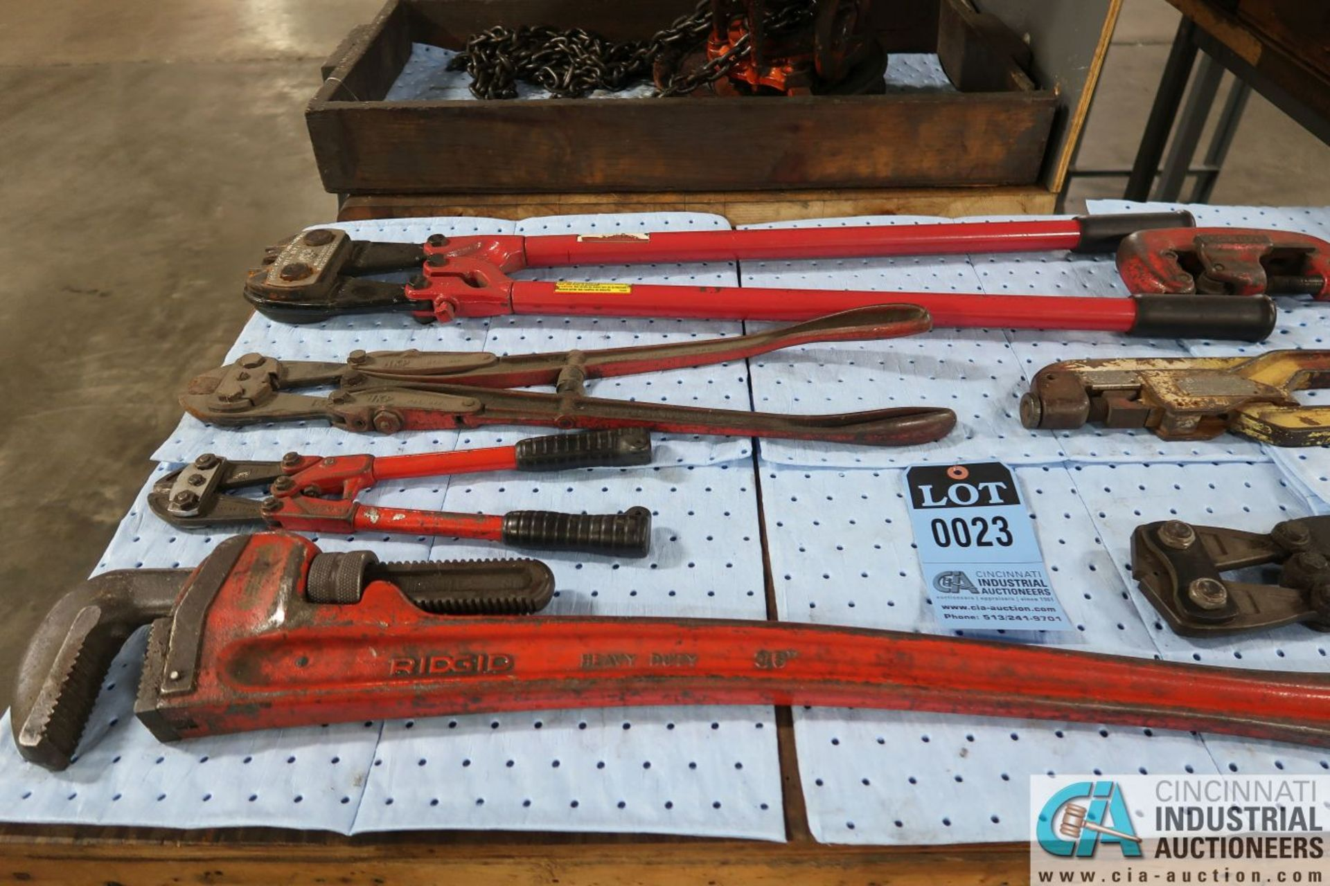 (LOT) PIPE WRENCH, BOLT CUTTERS, CRIMPERS, PIPE CUTTERS AND PALLET PULLERS - Image 2 of 4