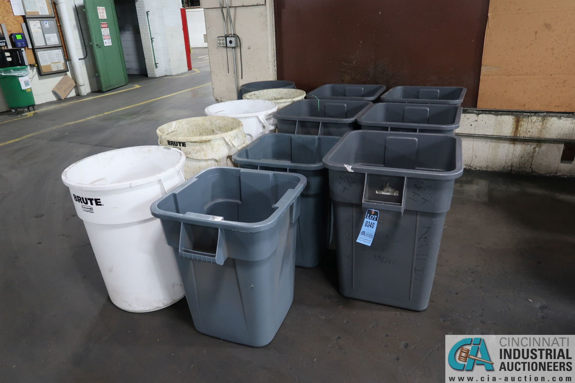 MISCELLANEOUS SQUARE AND ROUND PLASTIC TRASH CANS