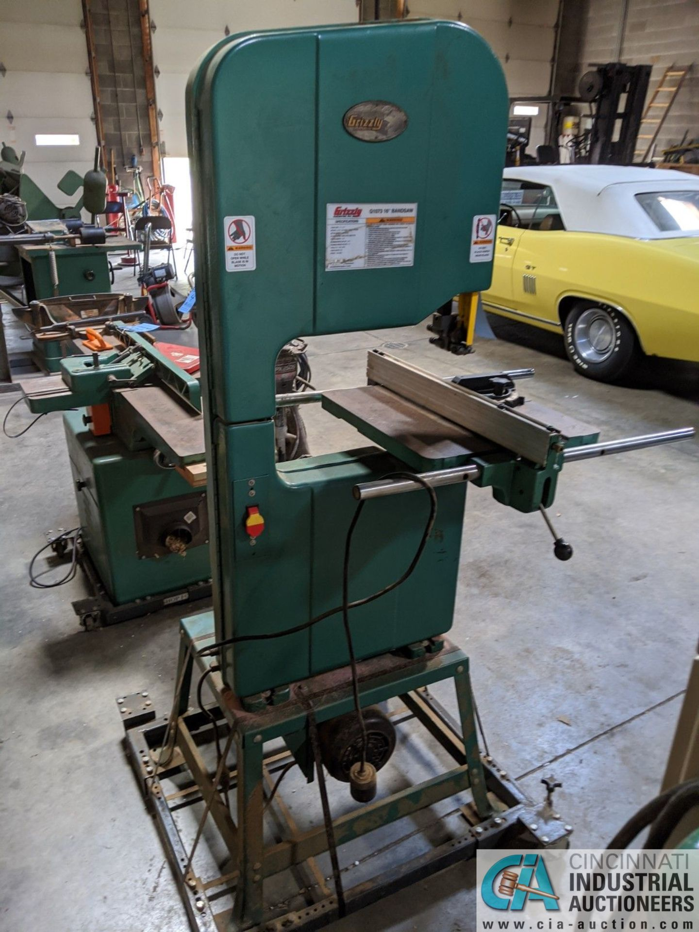 "16"" GRIZZLY MODEL G1073 VERTICAL BAND SAW; S/N 055901, 17"" X 17"" TABLE, 2-HP, SINGLE PHASE (8635 - Image 3 of 4"