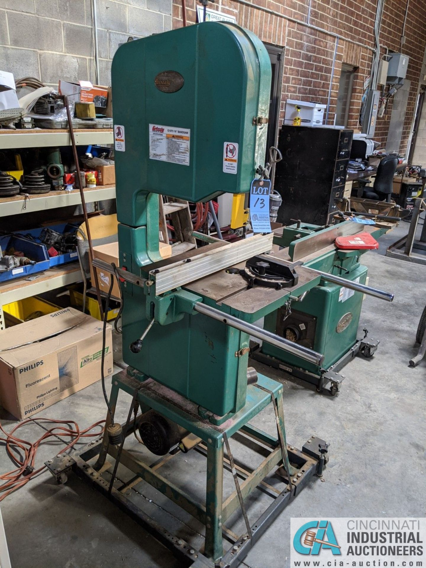 "16"" GRIZZLY MODEL G1073 VERTICAL BAND SAW; S/N 055901, 17"" X 17"" TABLE, 2-HP, SINGLE PHASE (8635 - Image 2 of 4"