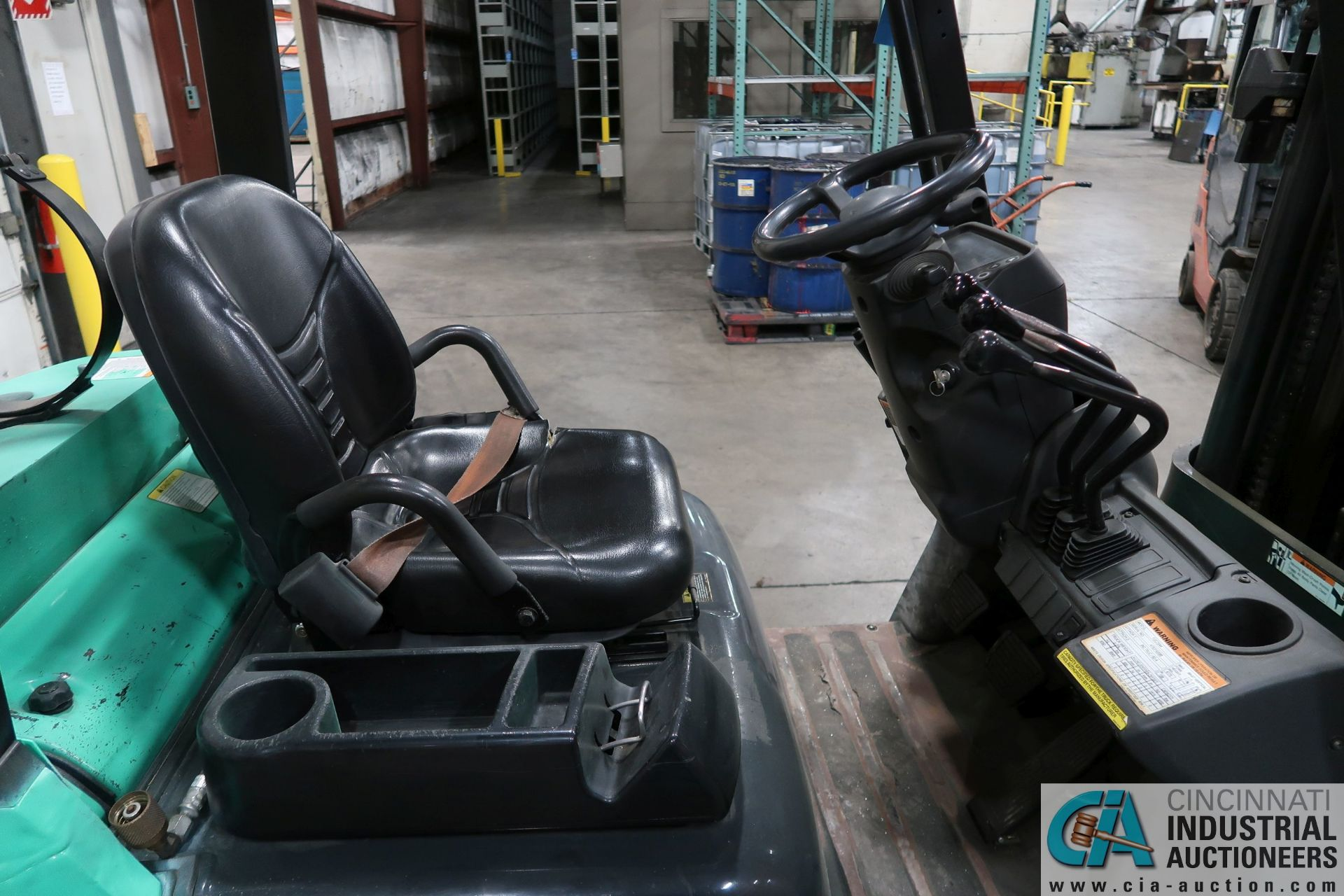 4,000 LB. MITSUBISHI MODEL FGC25N LP GAS SOLID PNEUMATIC TIRE LIFT TRUCK; S/N AF82F42088, 3-STAGE - Image 6 of 8