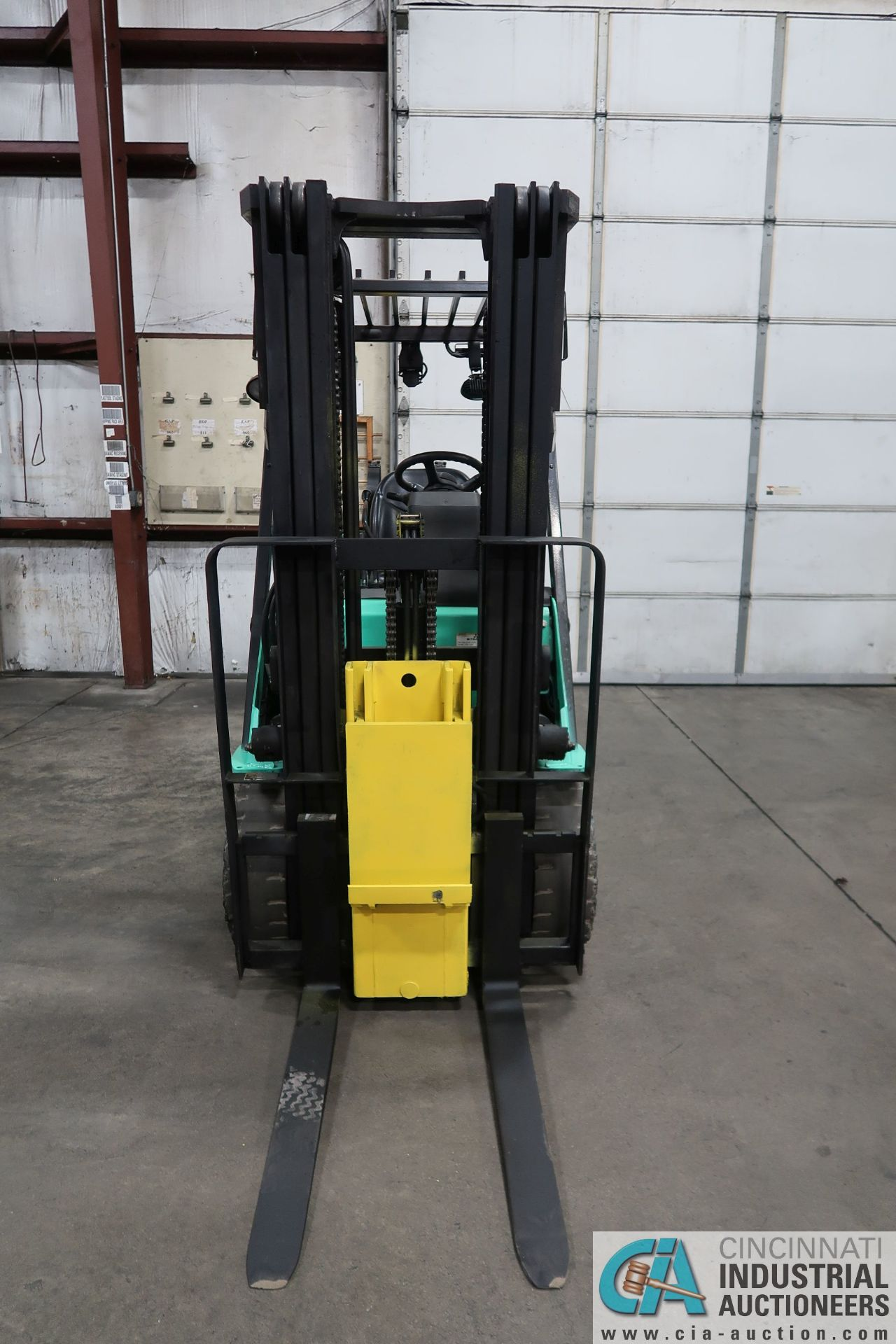 4,000 LB. MITSUBISHI MODEL FGC25N LP GAS SOLID PNEUMATIC TIRE LIFT TRUCK; S/N AF82F42088, 3-STAGE - Image 5 of 8