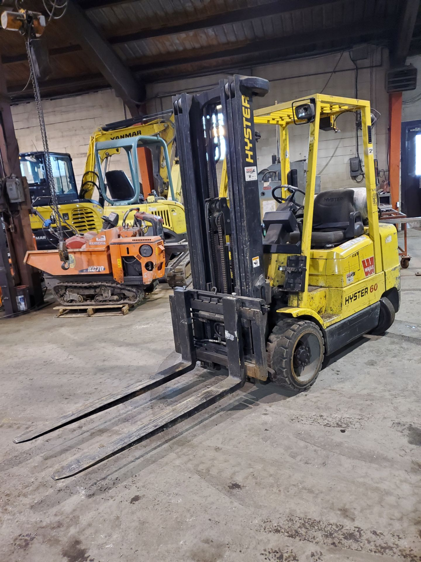 HYSTER PROPANE FORKLIFT, S60XM 6000LB CAPACITY, TRIPLE MAST, SIDE SHIFT- LOCATION - LACHINE, QUEBEC - Image 3 of 6