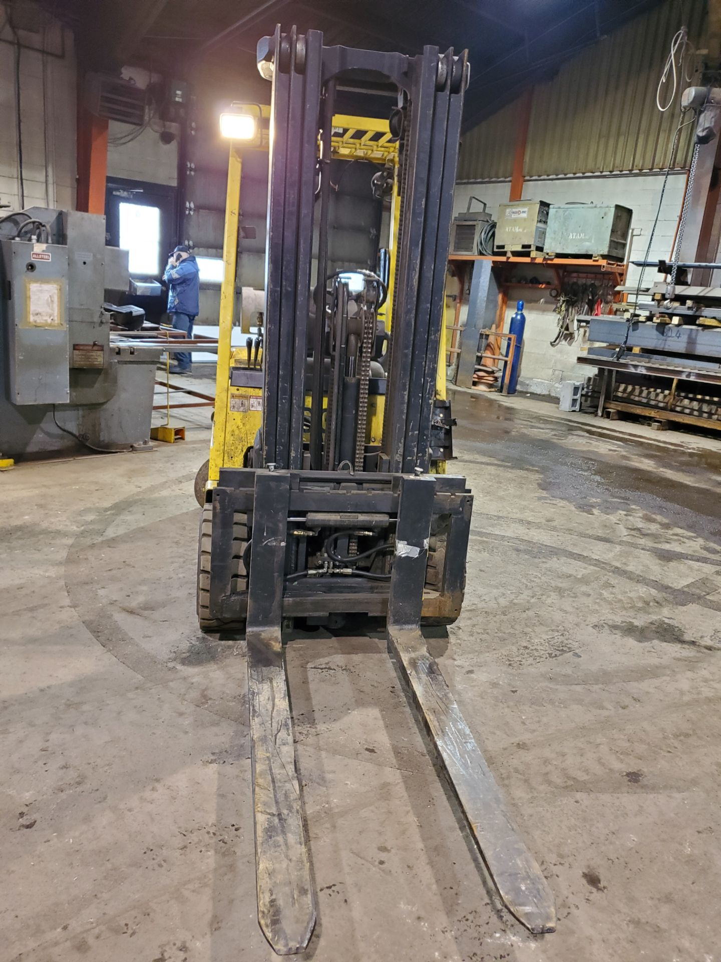 HYSTER PROPANE FORKLIFT, S60XM 6000LB CAPACITY, TRIPLE MAST, SIDE SHIFT- LOCATION - LACHINE, QUEBEC - Image 4 of 6
