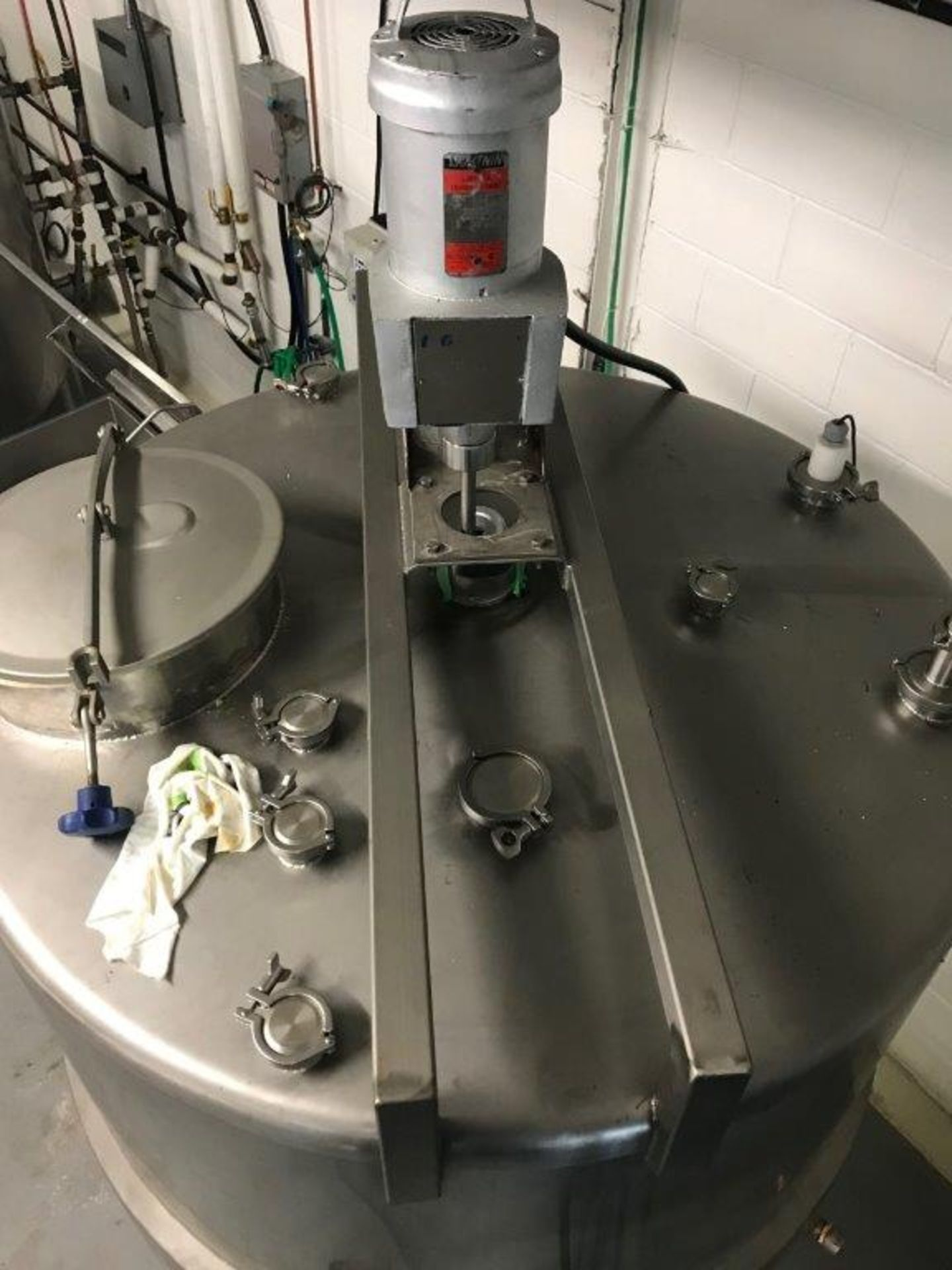 HIGHLAND 700 G JACKETED TANK WITH TOP MOUNTED LIGHTNIN MIXER.- LOCATION - AURORA, ONTARIO - Image 8 of 8