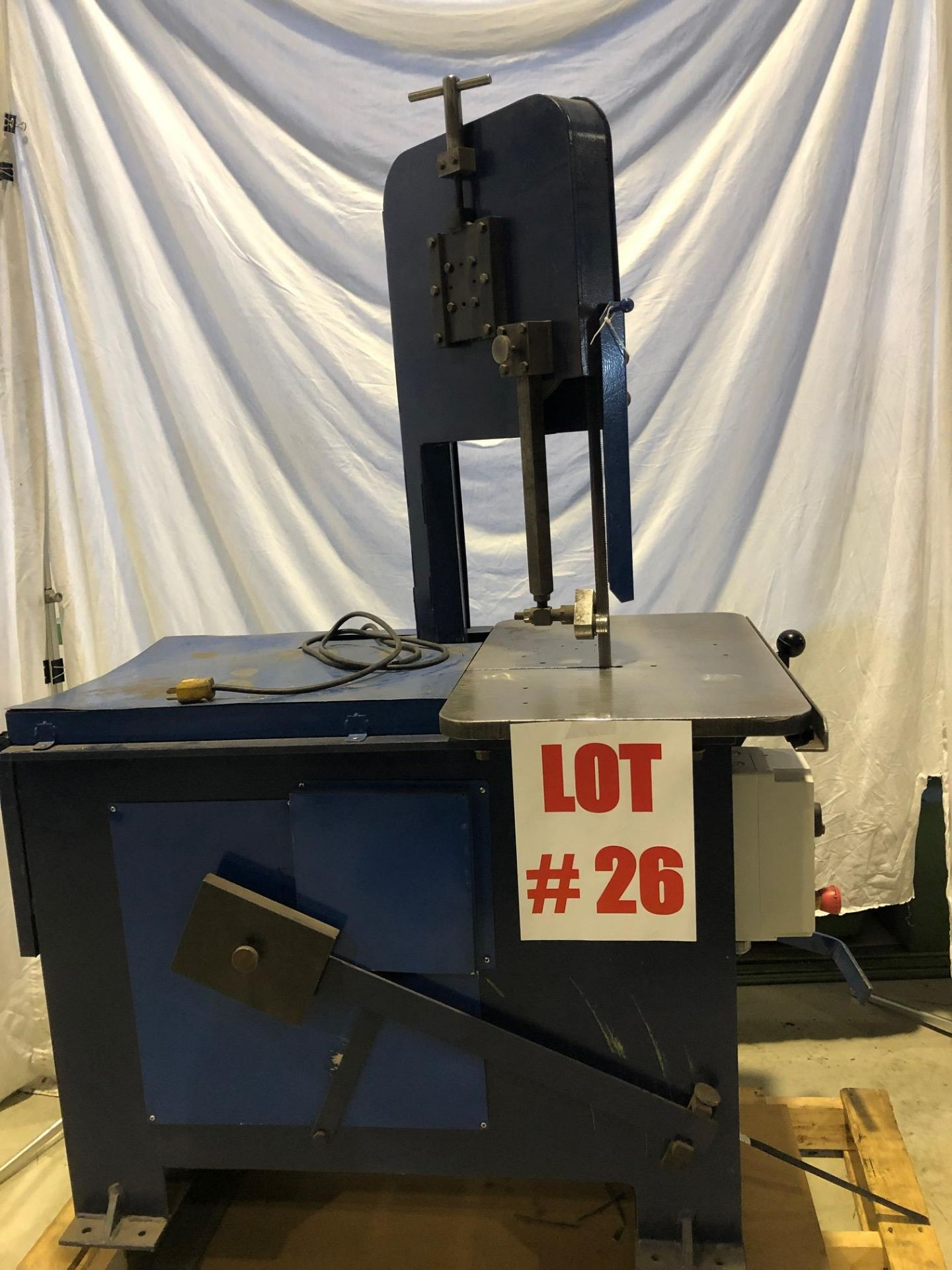 ROLL-OUT VERTICAL BANDSAW, 8'' TRAVEL - LOCATION, MONTREAL, QUEBEC - Image 4 of 5