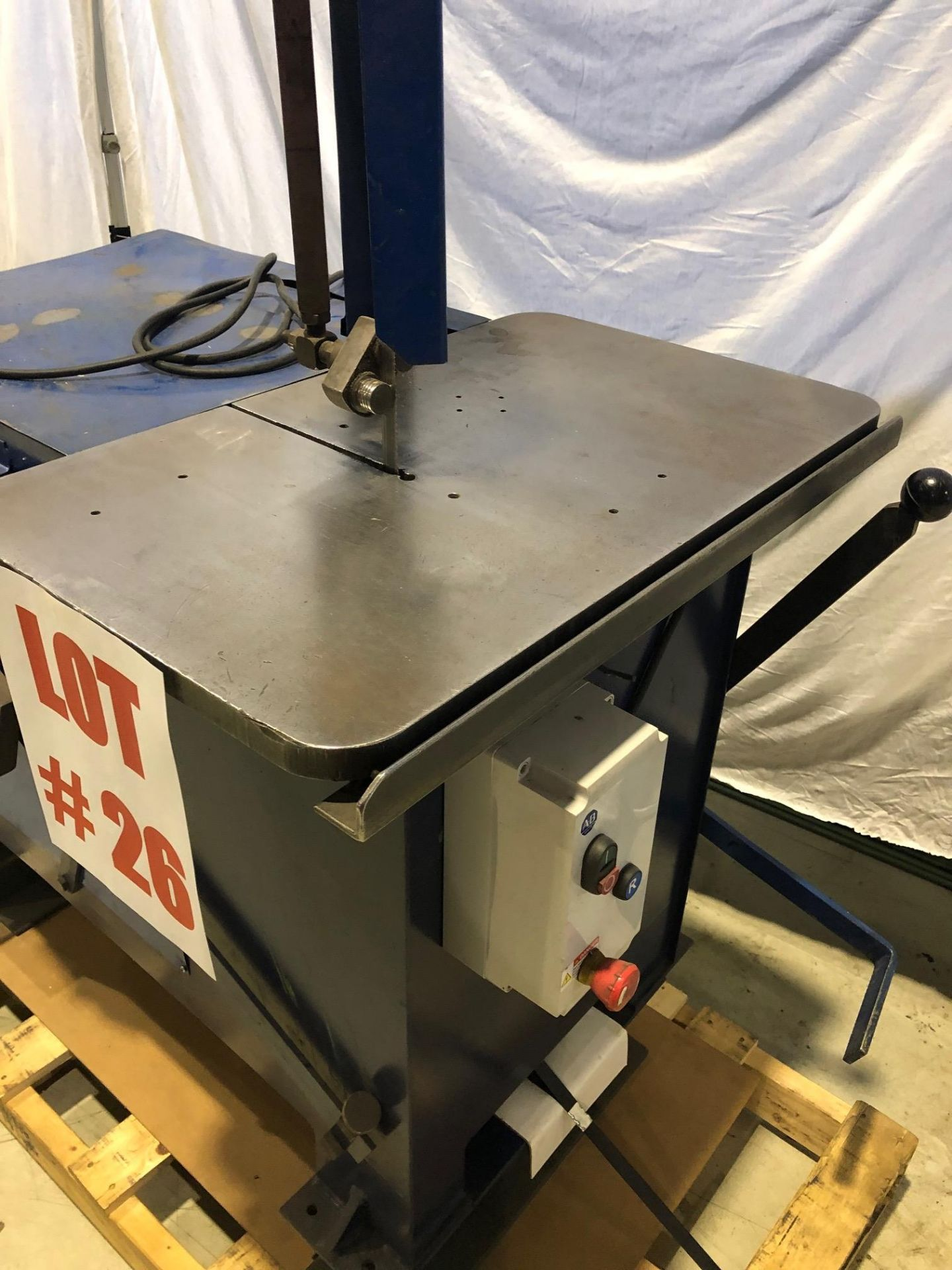 ROLL-OUT VERTICAL BANDSAW, 8'' TRAVEL - LOCATION, MONTREAL, QUEBEC - Image 3 of 5