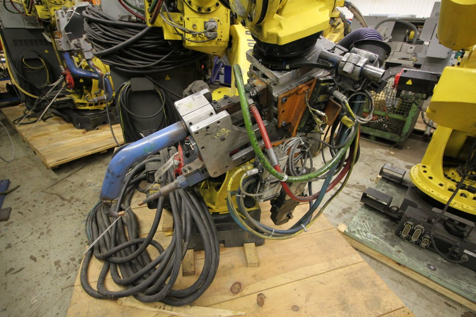 Lot 22 - FANUC ROBOT R-2000iB/210F WITH R-30iA CONTROL, TEACH & CABLES, YEAR 2011, SN 111731