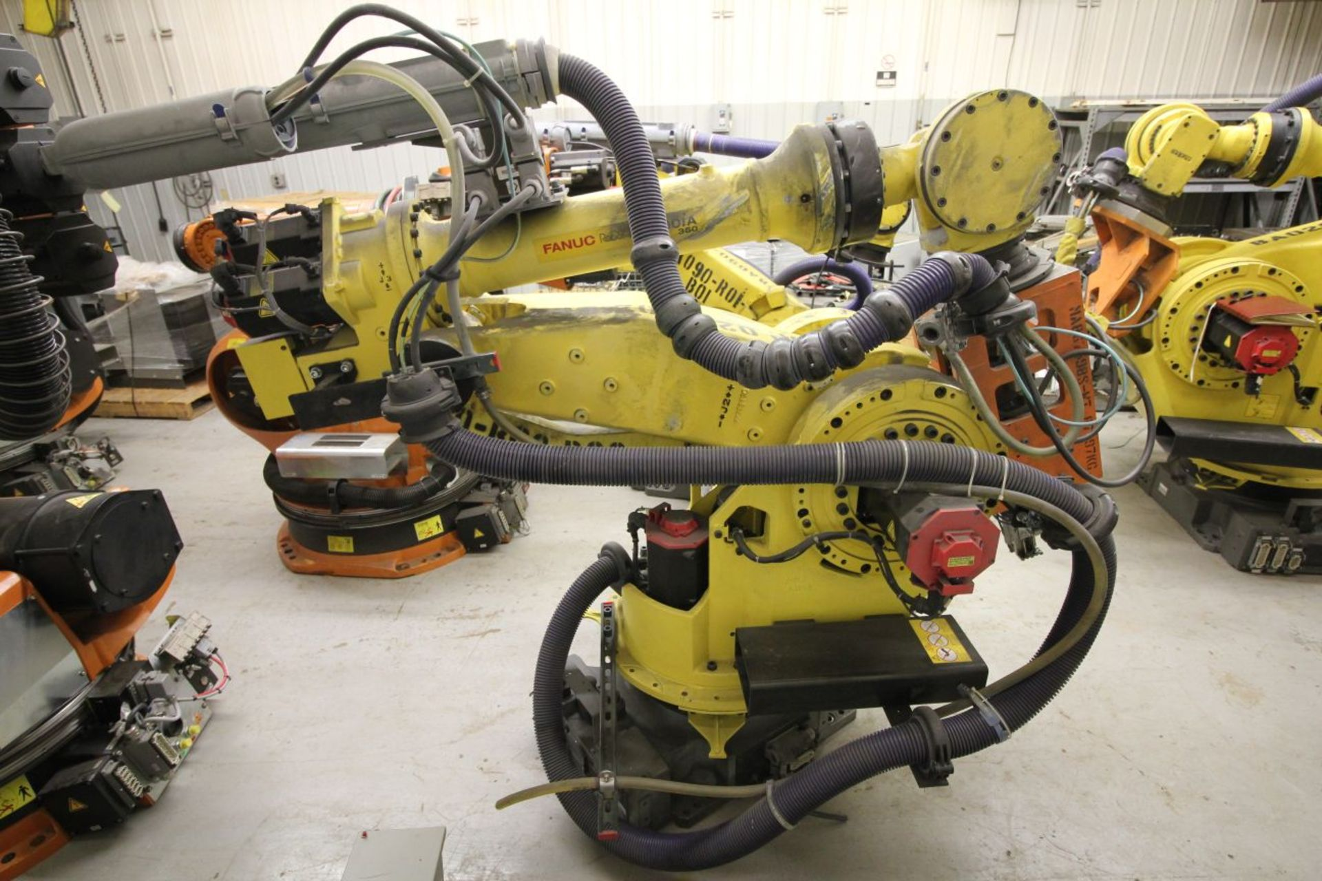 Lot 28 - FANUC ROBOT M900iA/350 WITH R-30iA CONTROL, TEACH & CABLES, YEAR 2011, SN 111634