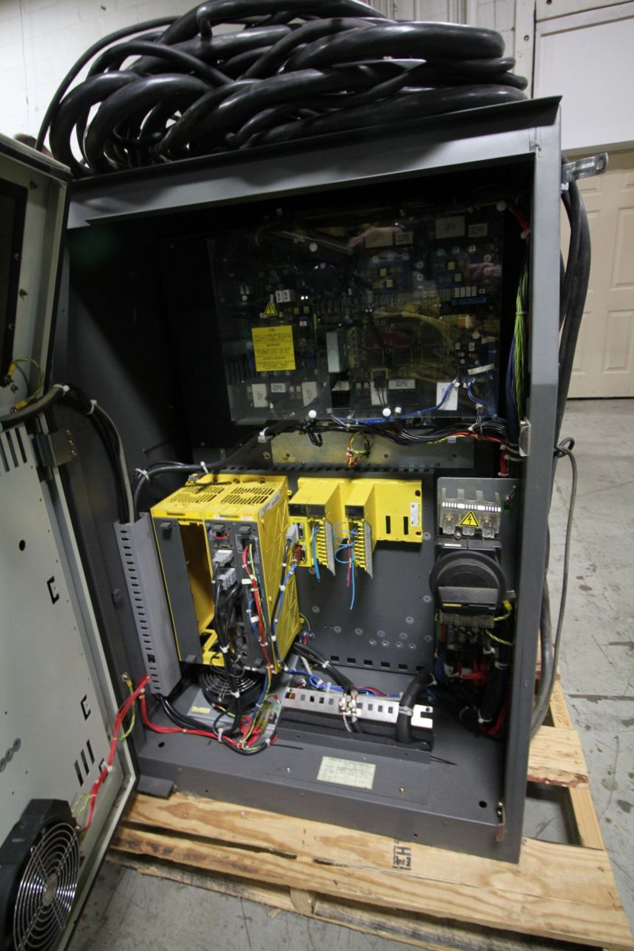 Lot 35 - FANUC ROBOT R2000iA/200FO WITH R-J3iB CONTROLS, TEACH & CABLES, YEAR 2005, SN 805497, COMP. REFURBED