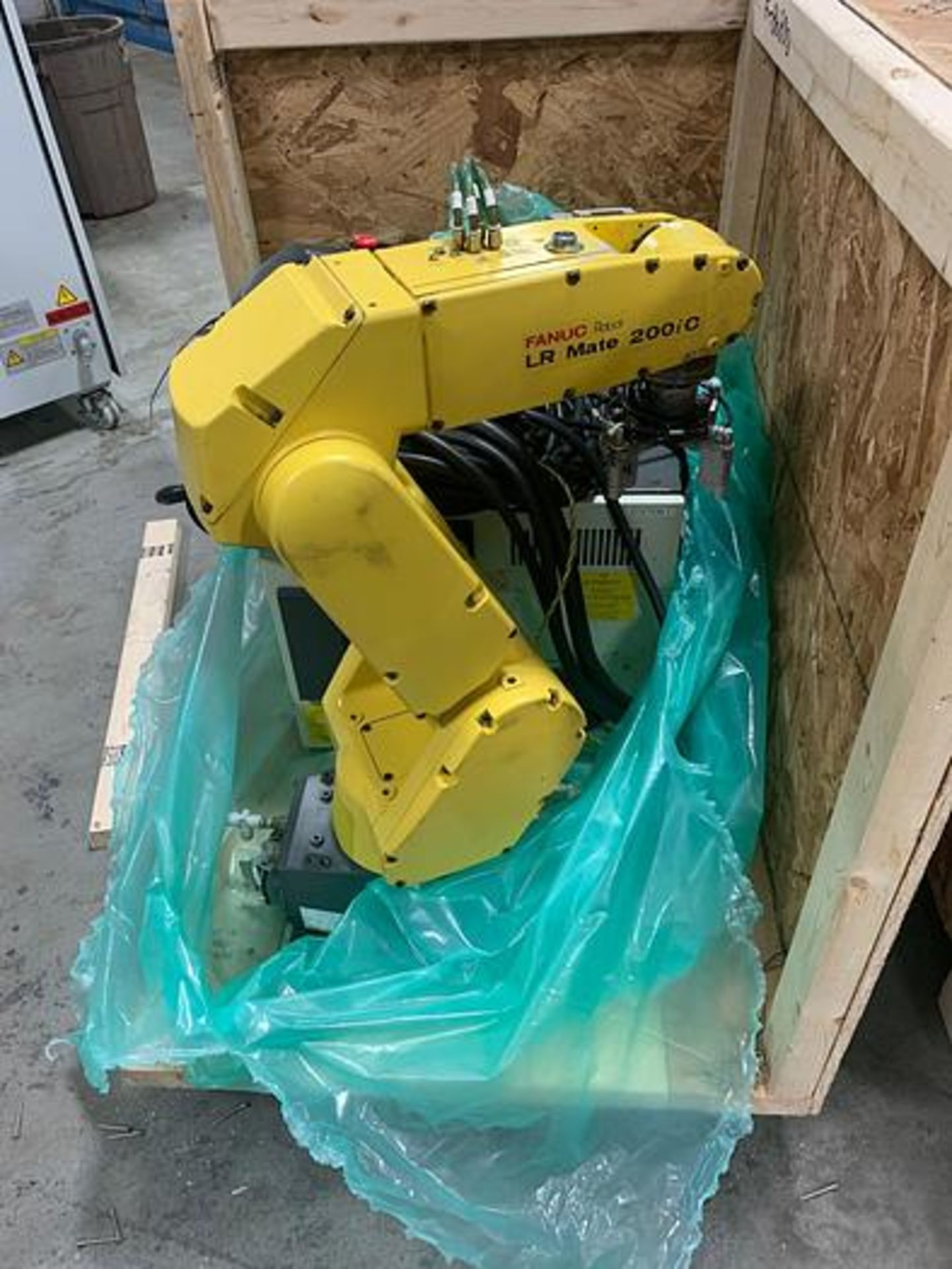 Lot 13 - FANUC ROBOT LRMATE 200iC WITH R-30iA CONTROL, TEACH & CABLES, YEAR 2007, SN 86890