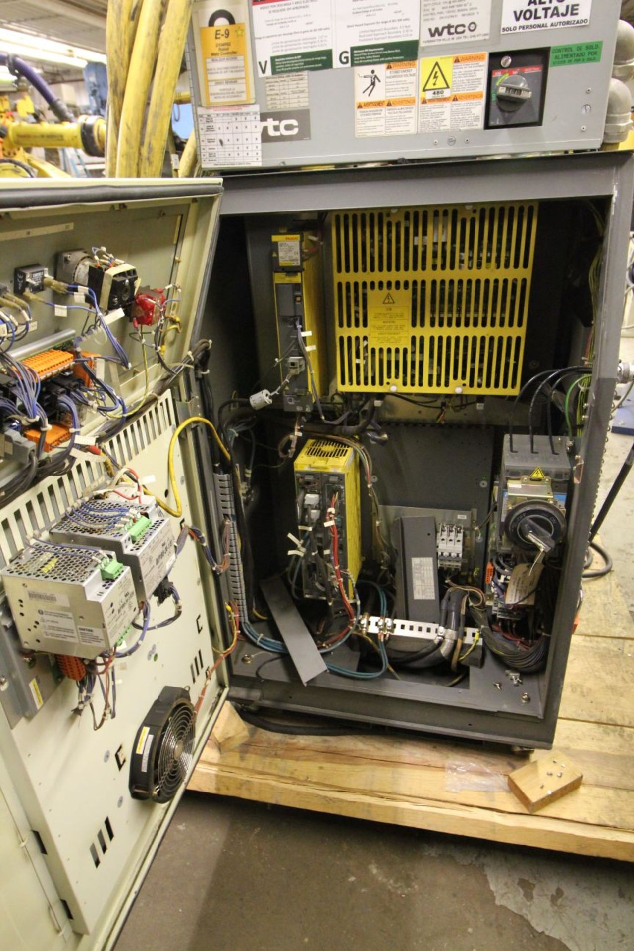 Lot 23 - FANUC ROBOT R-2000iB/210F WITH R-30iA CONTROL, TEACH & CABLES, YEAR 2011, SN 112485