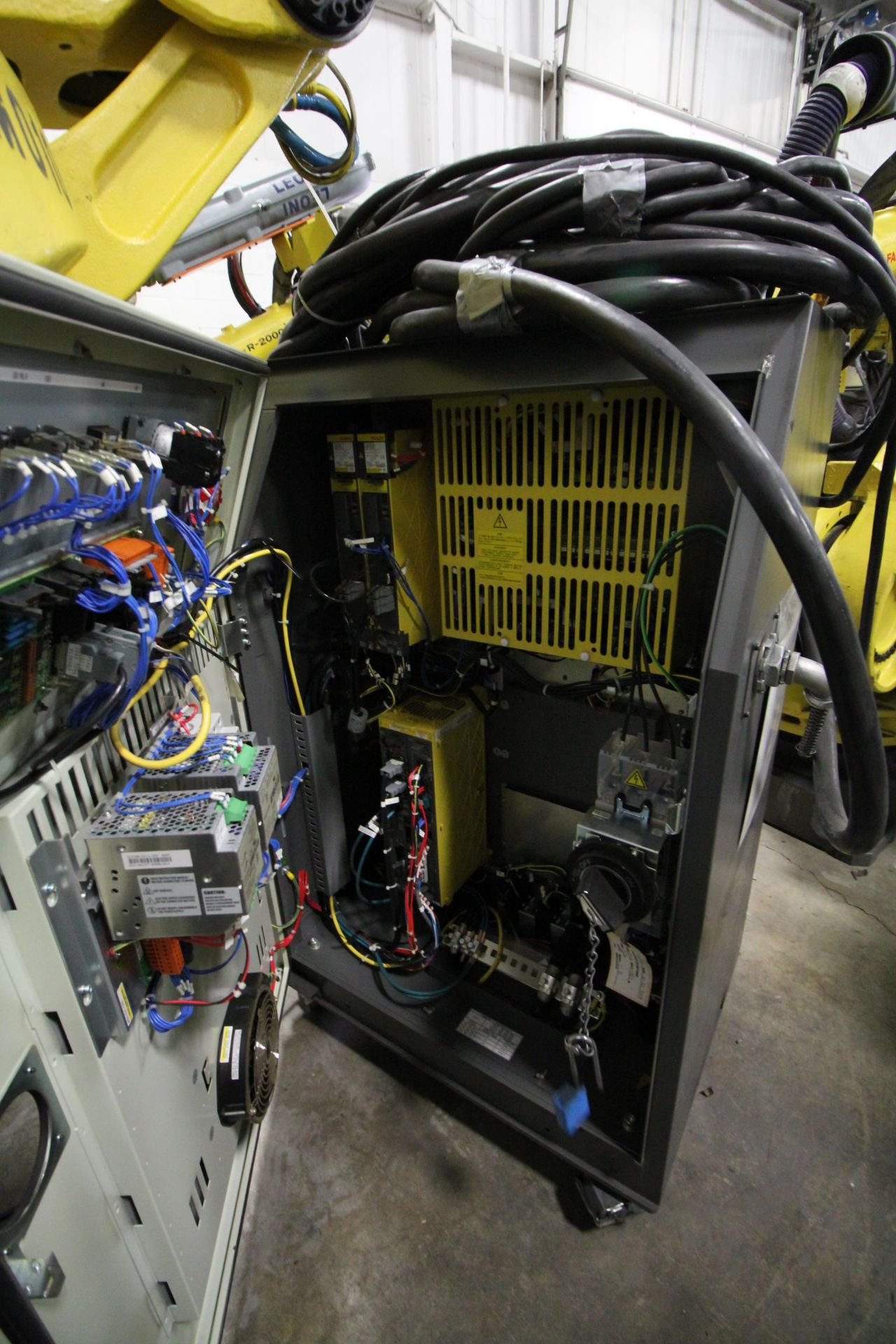 FANUC ROBOT M-900iA/400L WITH R-30iA CONTROLLER, TEACHPENDANT AND CABLES, SN 153431, YEAR 2014 - Image 7 of 11