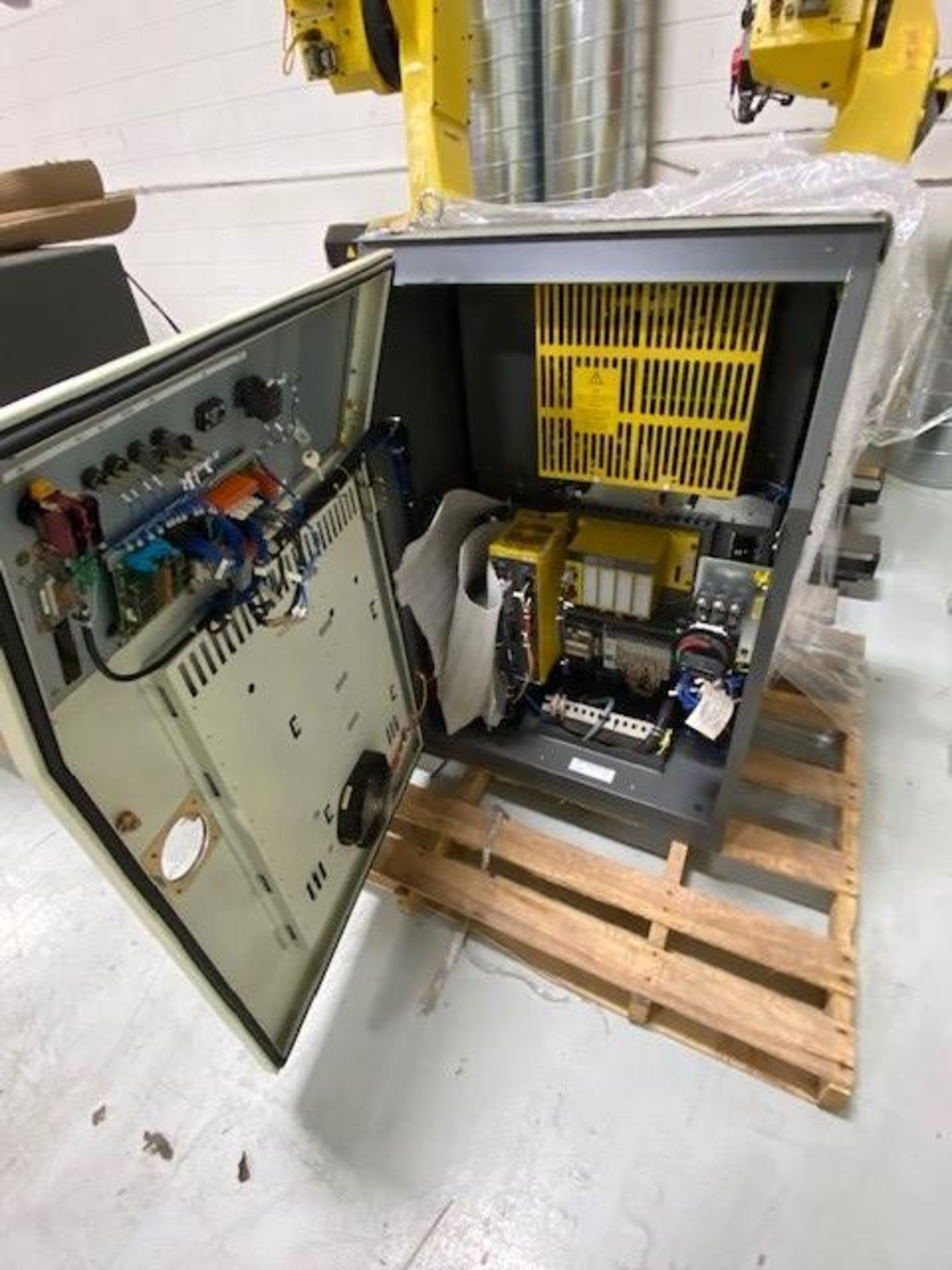 FANUC R-2000iB/165F WITH R-30iA CONTROLS, TEACH PENDANT & CABLES, SN 84262, ONLY 624 HOURS - Image 3 of 7