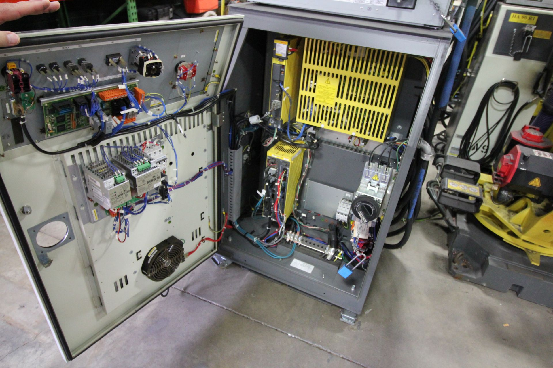 FANUC ROBOT R-2000iB/210F WITH R-30iA CONTROL, CABLES & TEACH PENDANT, SN 148715, YEAR 2014 - Image 4 of 8