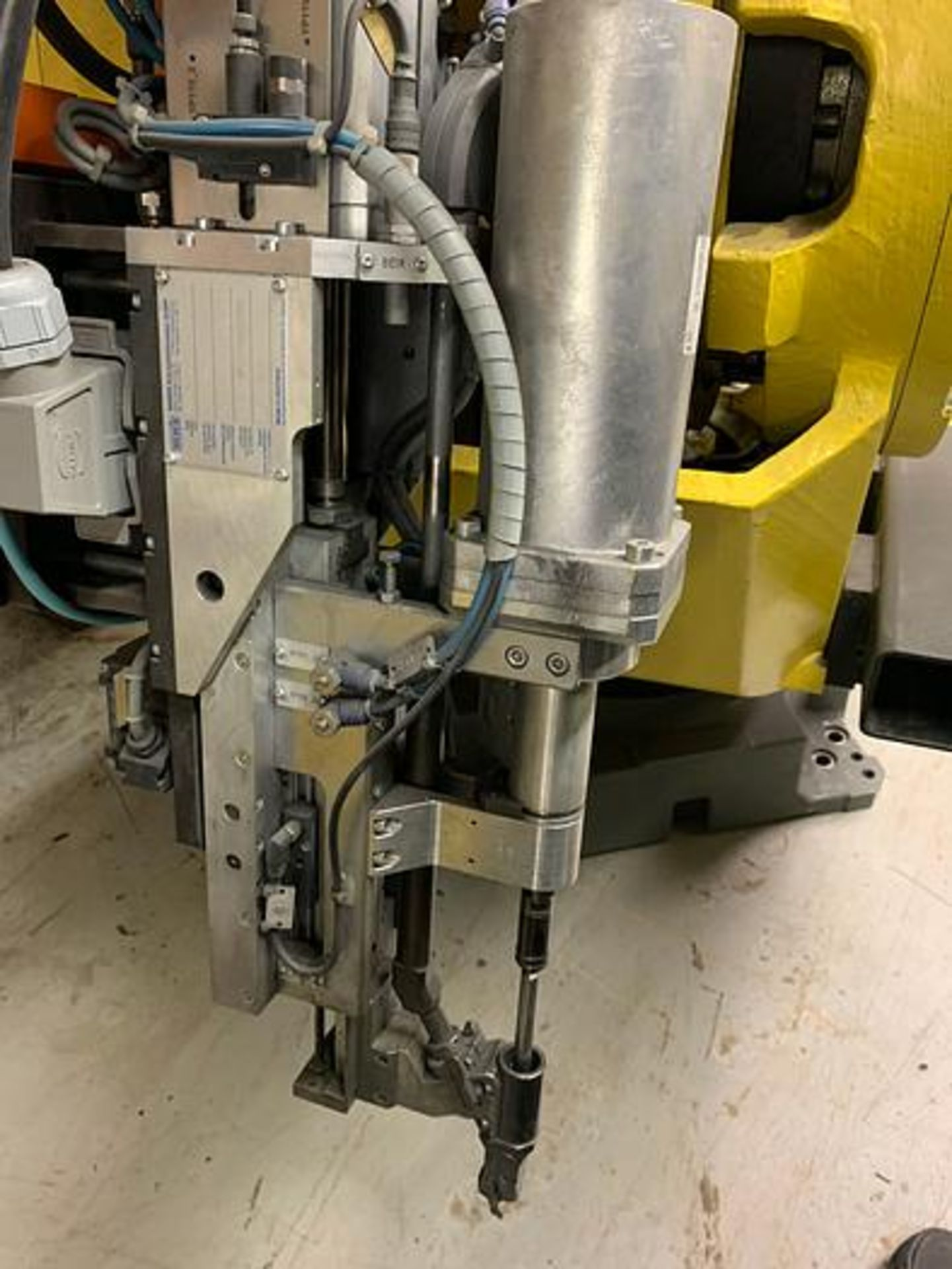 FANUC M900iA/350 6 AXIS ROBOT WITH R30iA CONTROLLER MACHINE, CABLES & TEACH SN F111634, YEAR 2011 - Image 4 of 13