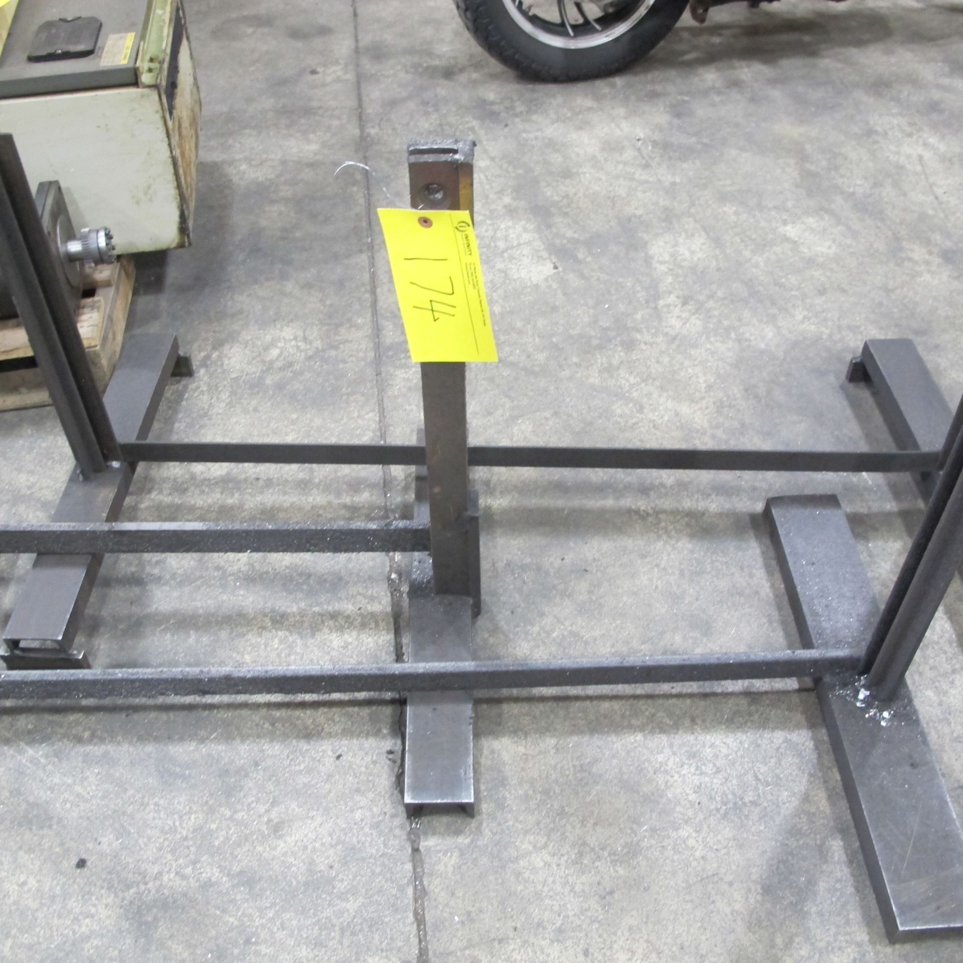 Lot 174 - LOT OF 4 HEAVY DUTY STEEL HORSES AND 3 METAL DIVIDER INSERT STANDS W/SHEET OF PLYWOOD